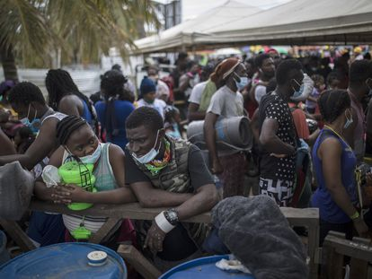Imigrantes haitianos se reúnem em Necoclí, Colômbia, para pegar um bote com destino a Capurganá, perto da fronteira com o Panamá, em 28 de julho.