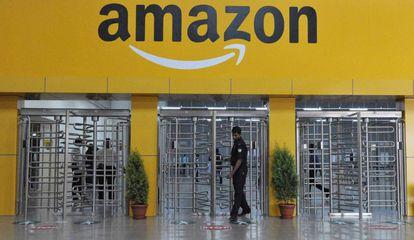 Entrada de um armazém da Amazon