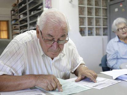 José Aloysio Neumann, de 82 anos, trabalha diariamente em sua corretora de seguros.