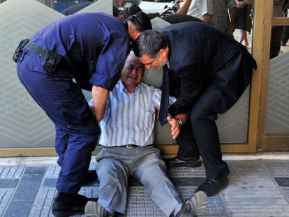 Aposentado se desespera diante de fila em agência bancária em Atenas.