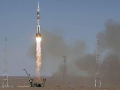 FOTO: O foguete 'Soyuz', no momento do lançamento, nesta quinta-feira, no cosmódromo de Baikonur. VÍDEO: A decolagem.
