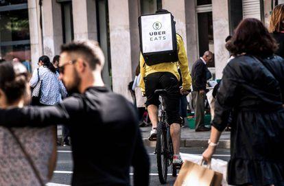 Um entregador do Uber Eats circula em Lille (França).