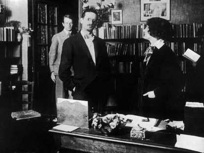 O escritor James Joyce e a livreira Sylvia Beach em 1930, dentro da livraria Shakespeare and Company, em Paris.