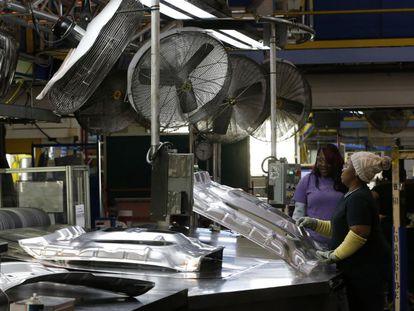 Operárias na fábrica da Fiat-Chrysler em Warren (Michigan), na semana passada.