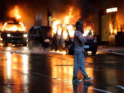 Carros incendiados no sábado, durante os protestos pela morte de George Floyd, em Seattle.