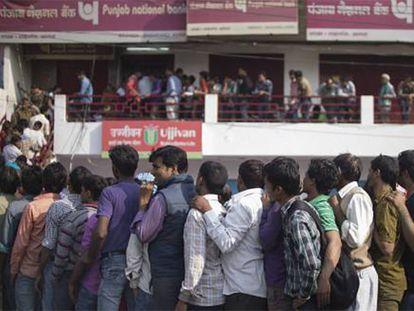 Fila para trocar notas num banco em Agra.