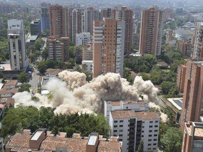 Momento da demolição do edifício Monáco, em Medellín