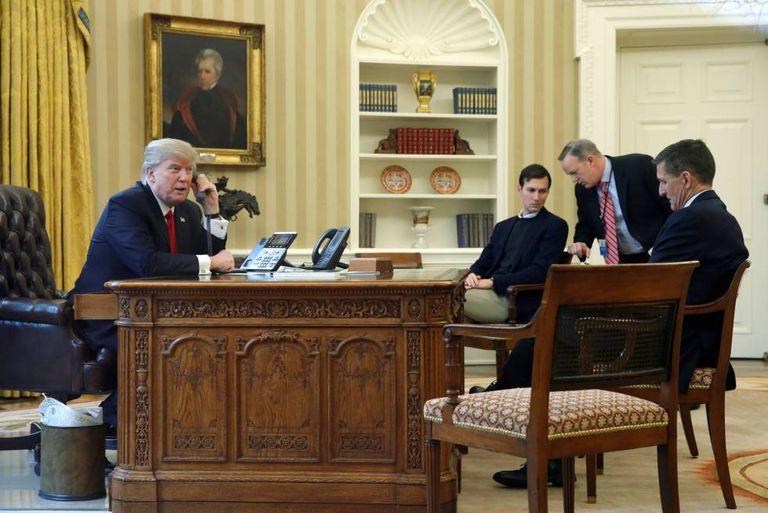 Donald Trump junto a Jared Kushner, Sejam Spicer e Michael Flynn.