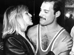 Freddie Mercury junto a Mary Austin, su novia de la juventud y heredera de la mitad de su herencia, en 1983.