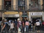 Grupo de personas hacen cola en una taquería del centro sin guardar distancia de seguridad. Ciudad de México, 23 de Marzo de 2021