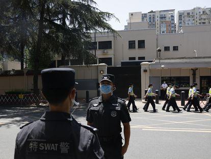 Na foto, a Polícia chinesa marcha diante do ex-consulado dos EUA em Chengdu em 27 de julho de 2020.