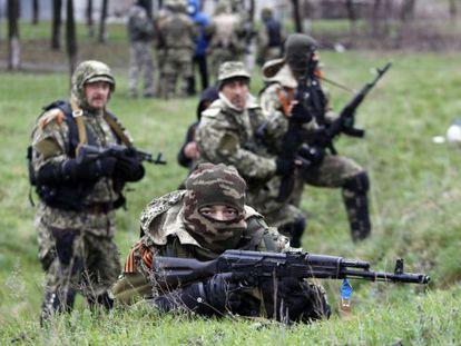 Activistas prorrusos, prontos para enfrentar à policial em Slaviansk.