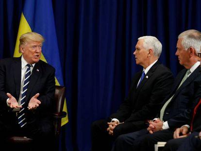 Donald Trump com seu vice-presidente, Mike Pence, o secretário de Estado, Rex Tillerson, e o conselheiro de Segurança Nacional.