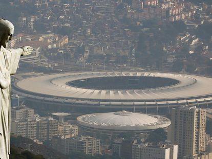 Estátua do Cristo Redentor, com o estádio do Maracanã ao fundo, onde será a cerimônia de abertura dos Jogos Olímpicos 2016.