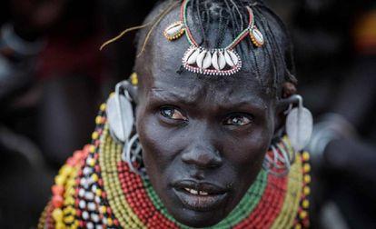 Retrato de uma bailarina do povo turkana.
