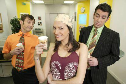 Personagens da série espanhola Caméra Café observam com interesse sua colega de trabalho.