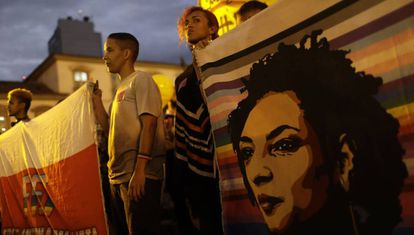 Manifestantes seguram bandeira com rosto de Marielle Franco, no dia 23 de setembro, no Rio.