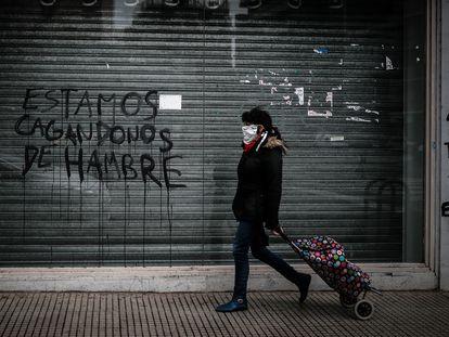 Transeunte em frente a um estabelecimento comercial fechado por causa da pandemia em Buenos Aires, em julho passado.