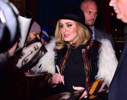 Adele dando autógrafos esta semana, em Manhattan.