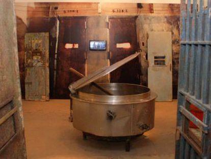 Um caldeirão e portas de celas do Carandiru.