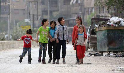 Crianças em Duma, cidade nos arredores de Damasco.