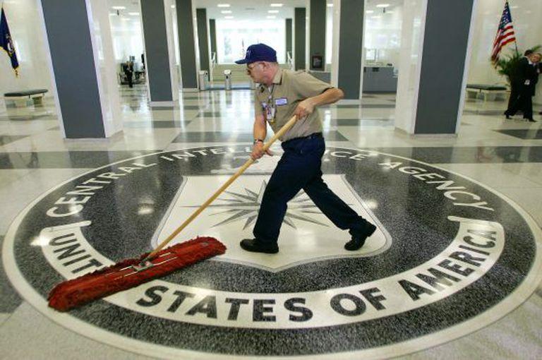 Um funcionário limpa o acesso principal da sede da CIA. / AP