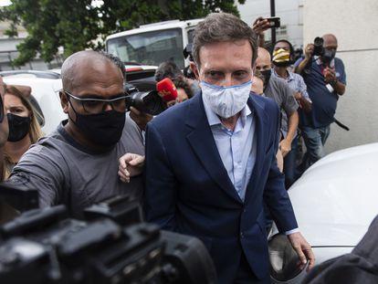 Marcelo Crivella é levado por policiais para exame no IML do Rio, após sua prisão nesta terça.