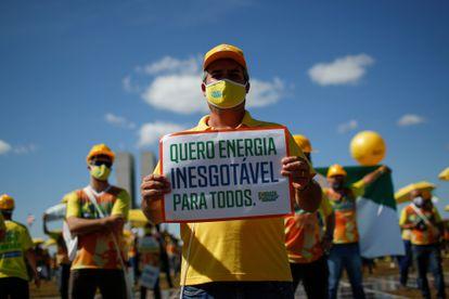 Manifestantes cobram análise do marco legal da energia solar em protesto em frente ao Congresso, em 9 de junho.