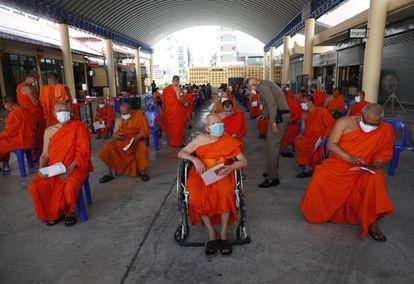 Monges esperam para passar por exame de covid-19 após morte de colega pela doença no tempo Wat Huai Khwang, em Bancoc, na Tailândia, nesta segunda-feira.
