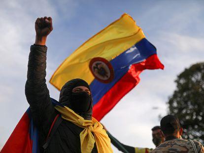 Um manifestante em Bogotá em 6 de maio.