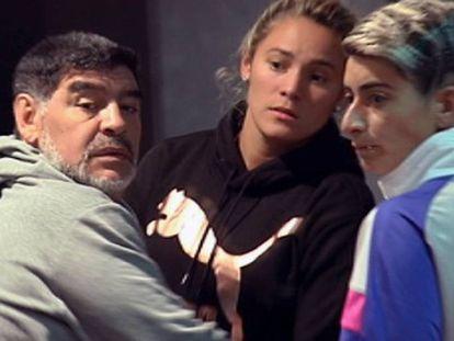 O ex-jogador Diego Maradona junto a sua companheira, Rocío Oliva, no hotel de Madri onde se hospedavam, nesta quarta-feira pela manhã.