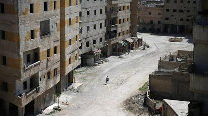 Sobrevivente de um ataque químico, de 2013, caminha na região de Damasco