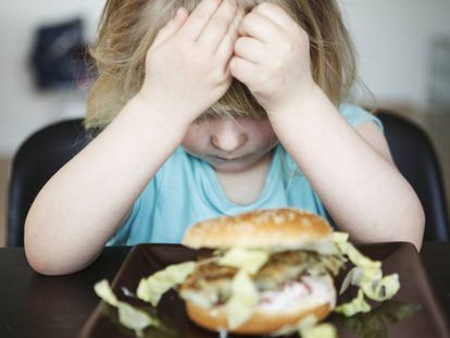 Por que você não deve obrigar seu filho a comer