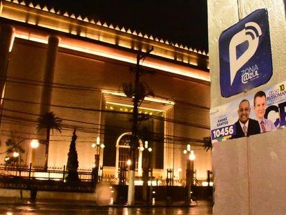 Propaganda eleitoral do candidato à Prefeitura de São Paulo do Republicanos, Celso Russomanno, junto a candidato a vereador em frente ao Templo de Salomão, da Universal, em São Paulo.