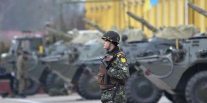 Um soldado ucranio faz guarda em uma base militar em Lviv (Ucrânia).