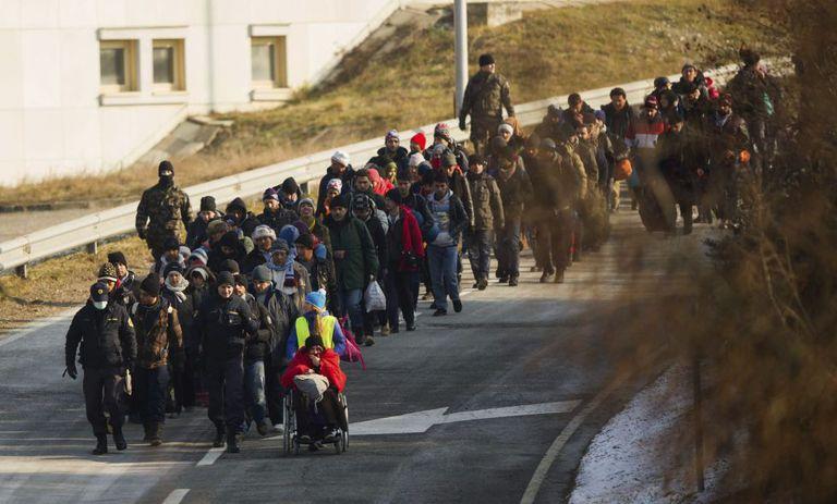 Um grupo de refugiados cruza a fronteira entre Eslovênia e Áustria, na sexta-feira passada.