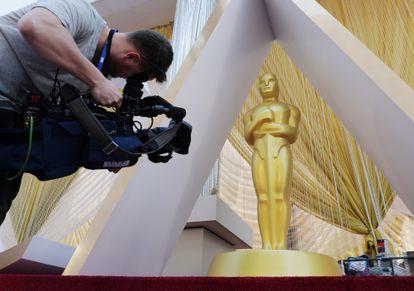 Um cinegrafista registra imagens do tapete vermelho do Teatro Dolby na véspera do Oscar 2020.
