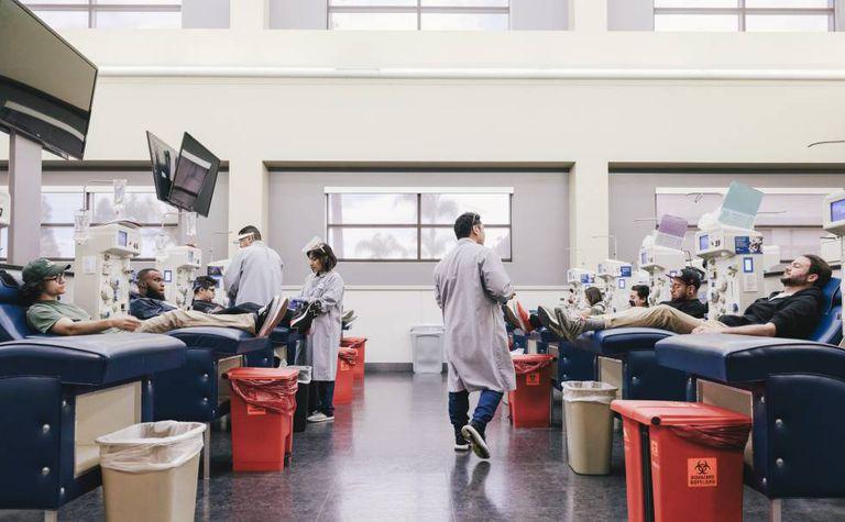 Centro de pesquisa do laboratório de Grifols para a obtenção de plasma em Los Angeles.