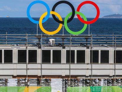 Operário na arena de vôlei de praia em Copacabana, Rio.