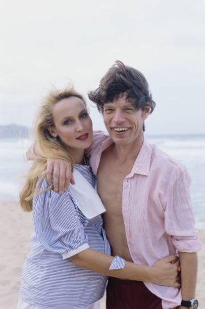 Mick Jagger e Jerry Hall numa foto dos anos noventa em Barbados. Ela posa grávida.