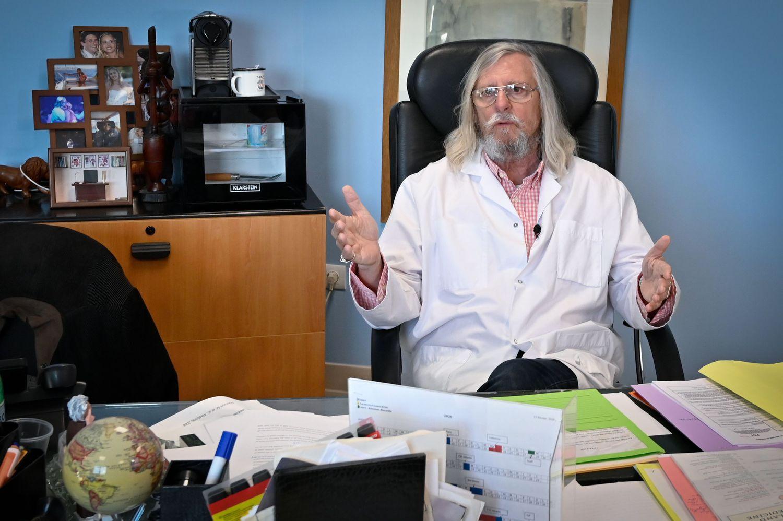Didier Raoult, em seu escritório do Instituto Hospitalar Universitário de Marselha.