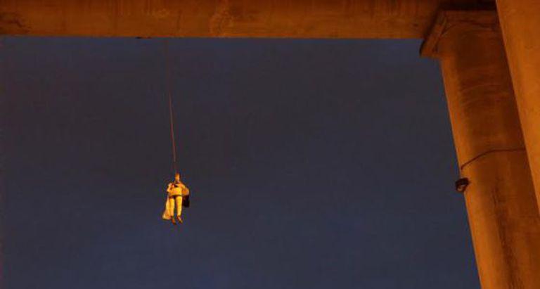 O corpo de um homem encontrado em uma ponte de Iztapalapa.
