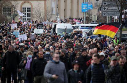 Manifestação contra as restrições para frear os contágios do coronavírus em Kassel.