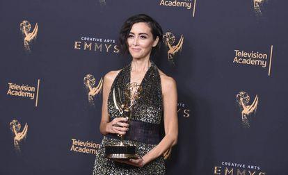 Carmen Cuba, responsável pelo casting de 'Stranger Things', posa com seu Emmy, no domingo