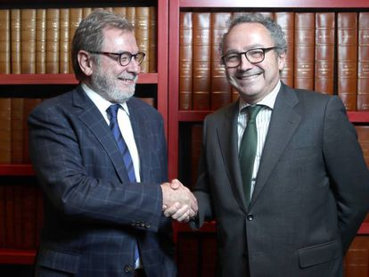 Juan Luis Cebrián (à esquerda) e Manuel Polanco depois do conselho de administração do PRISA.