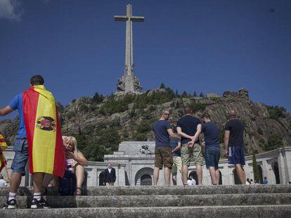 Um homem com uma bandeira símbolo do franquismo no Vale dos Caídos, na Espanha.