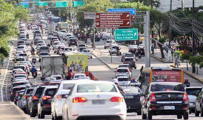 Trânsito na avenida Governador Agamenon Magalhães, uma das poucas vias largas do Recife.