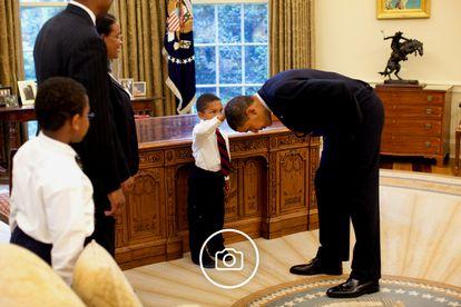 """O pequeno Jacob Philadelphia toca a cabeça de Obama. """"Quero saber se meu cabelo é igual ao seu"""", sussurrou ao presidente. Clique sobre a foto para ver mais imagens de seu mandato."""
