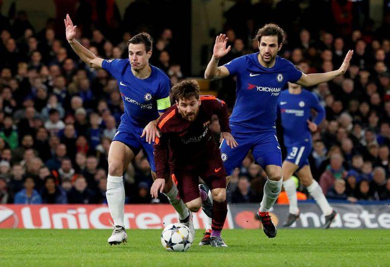 Messi disputa bola com Cesar Azpilicueta e Cesc Fabregas no jogo de ida entre o Barça e o Chelsea.