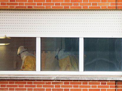 Equipe de saúde em um dos quartos dos pacientes isolados no hospital Carlos III.
